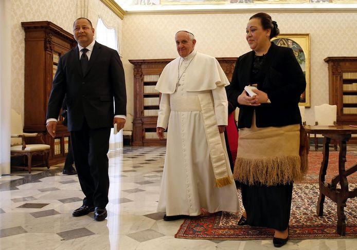 Koningin Nanasipau'u (rechts) met haar echtgenoot, Ahoeitu Unuakiotonga Tukuaho Tupou VI (links) en paus Franciscus