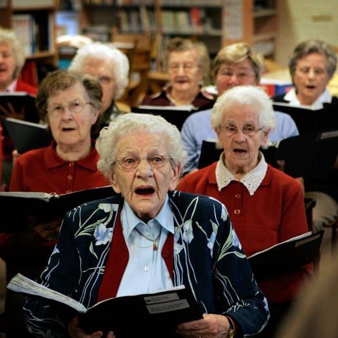 Leden van levensvreugd bijeen voor een repetitie. foto Sandra Peerenboom