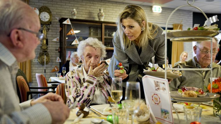 Prinses Maxima serveert in het kader van de vrijwilligersactie NL DOET een maaltijd aan de bewoners van verzorgingshuis De Opmaat in Monster. Beeld ANP