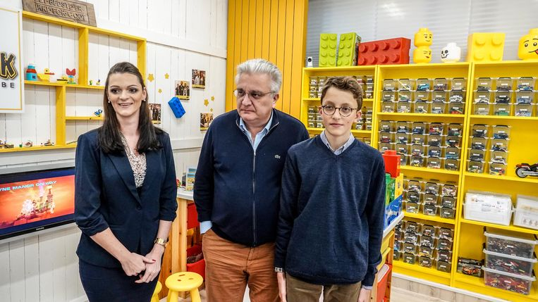 Prins Laurent heeft zaterdag de eerste Legotheek van België mee geopend, een initiatief van Sophie Deprez uit Tiegem. Zijn zoon Nicolas kwam ook mee.