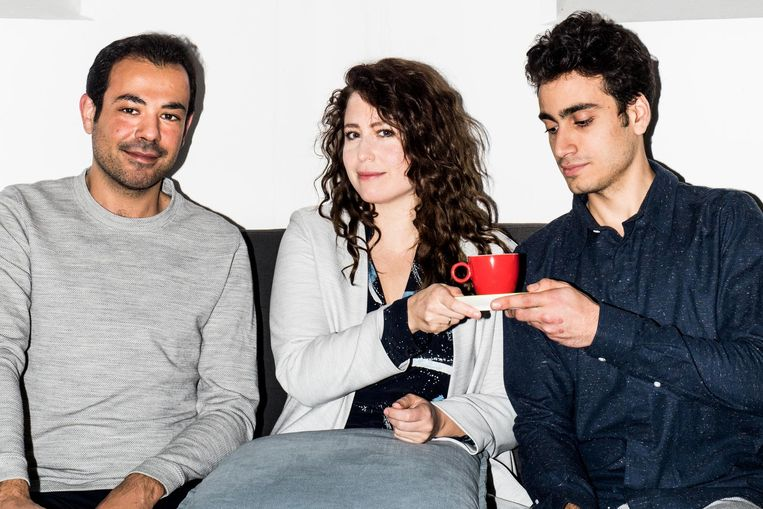 Sanne Vogel met Muayad en Amir Beeld Jan Mulders