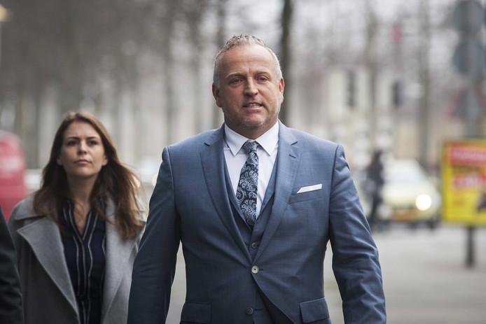 Gordon arriveert bij de rechtbank van Lelystad