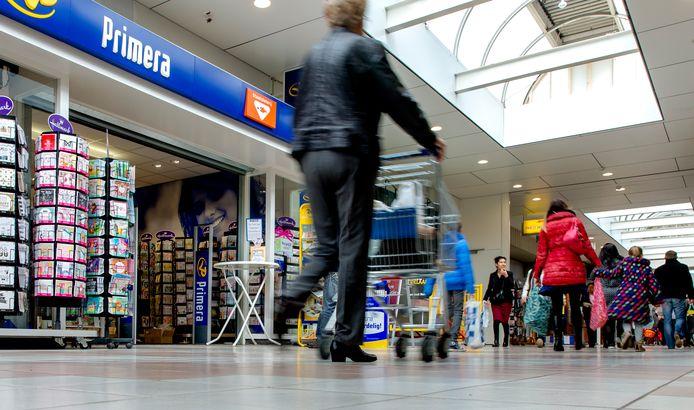 Winkelcentrum de Ridderhof in Alphen aan den Rijn. Op 9 april 2011 vond hier een dodelijke schietpartij plaats, toen Tristan van der Vlis in het winkelcentrum zes mensen en zichzelf doodschoot.