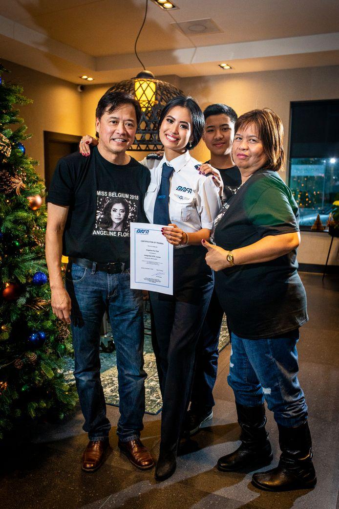 Eind vorig jaar poseerden Angeline, haar ouders en haar broer nog fier met haar pilotendiploma.