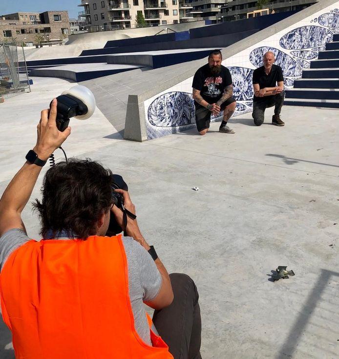 Arno Coenen (links) en Ton Haring poseren voor hun kunstwerk op het skatepark in Amsterdam.