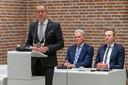 Burgemeester Theo Segers, wethouder Lucas Mulder, wethouder Alwin Mussche (vlnr) tijdens de raadsvergadering in Staphorst waar de beschuldigingen van oud-wethouder Bert Krale jegens wethouder Lucas Mulder worden besproken.