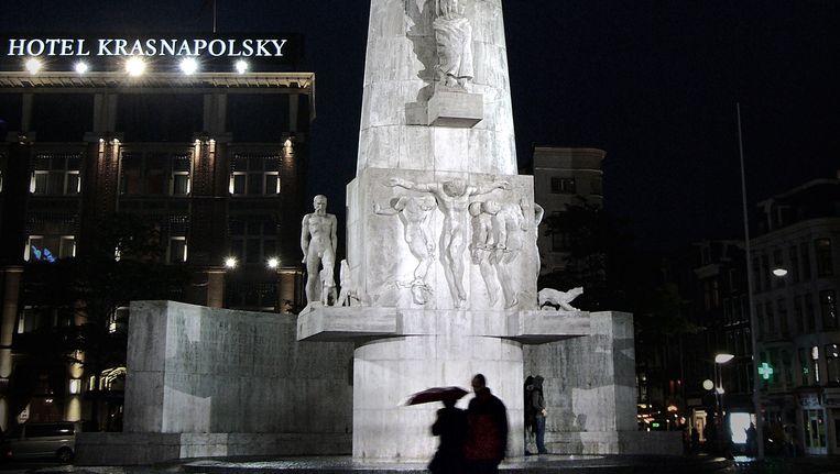 Monument op de Dam met op achtergrond Hotel Krasnapolsky. Beeld null