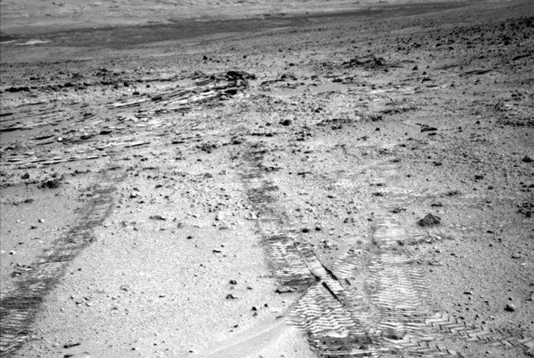 Op deze foto is het wielspoor te zien dat Curiosity achter zich liet nadat hij Glenelg verliet. Beeld NASA