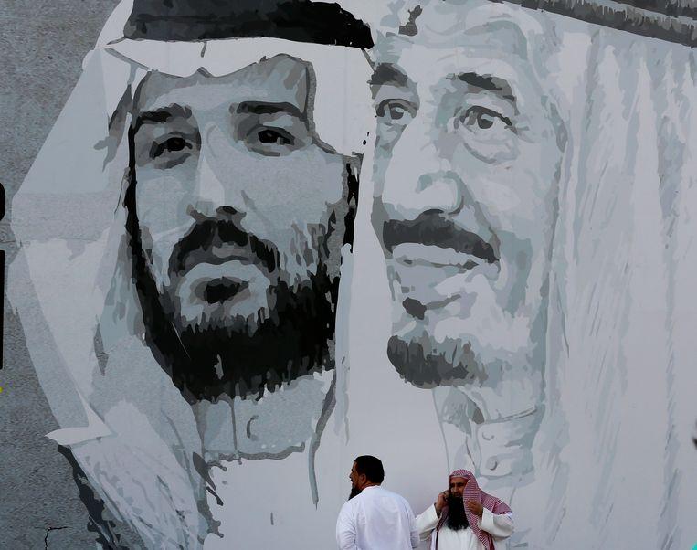 Koning Salman (rechts) en zijn zoon kroonprins Mohammed bin Salman op een grote muurtekening in een winkelcentrum in de Saudische hoofdstad Riyadh. Beeld AP