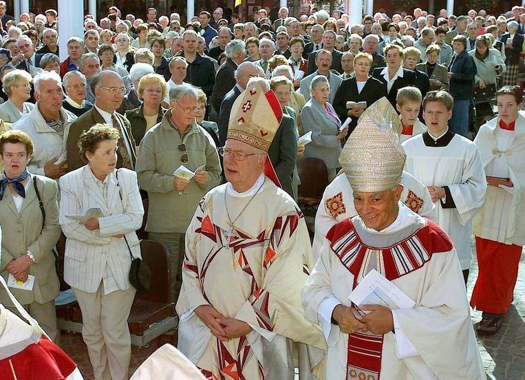 Voormalig aartsbisschop van Utrecht, kardinaal Simonis (links) en de bisschop van Munster, Lettmann op weg naar de Pontificale Hoogmis op het plein bij de Genadekapel in 2000. Beeld anp