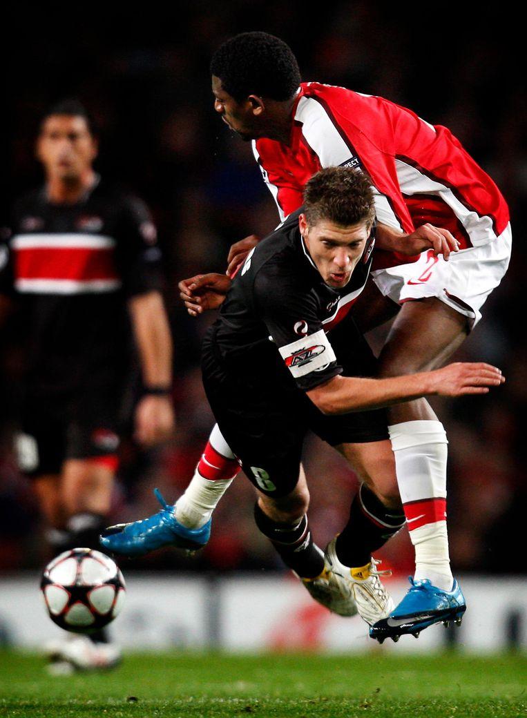 Stijn Schaars van AZ in duel met Abou Diaby van Arsenal tijdens de Champions Leaguewedstrijd Arsenal - AZ in 2009. Beeld null