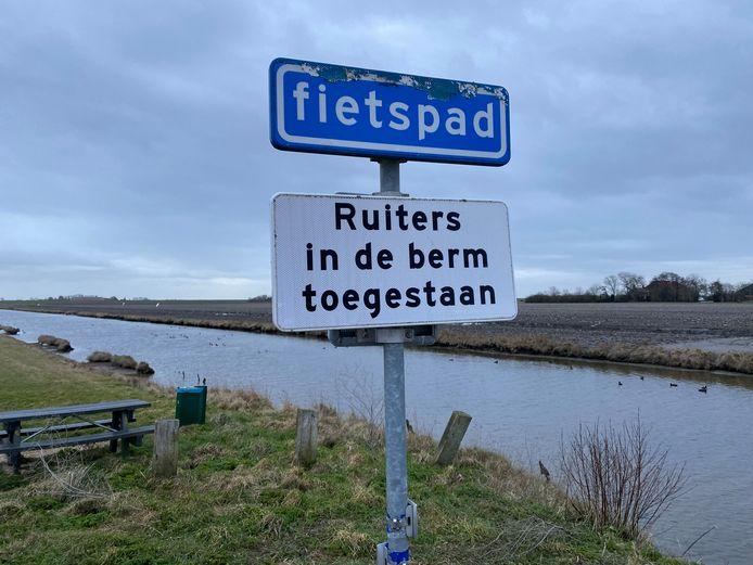 Via foto's en definities van woorden probeert de Stichting Ruiter- en Menroutes Schouwen-Duiveland ruiters erop te wijzen van welke paden ze wel en welke ze geen gebruik mogen maken.