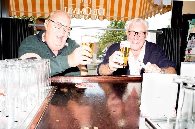 Rob Huijerman Lampe (69, l.) en Klaas Müller (79) aan de bar van De Omval. Beeld Marjolein van Damme