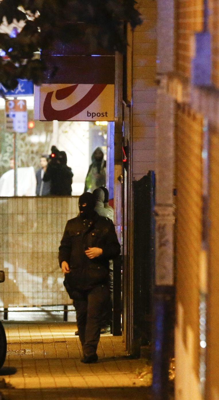 Zaterdag, de dag na de aanslagen, werden al meteen huiszoekingen gedaan in Molenbeek. Beeld EPA