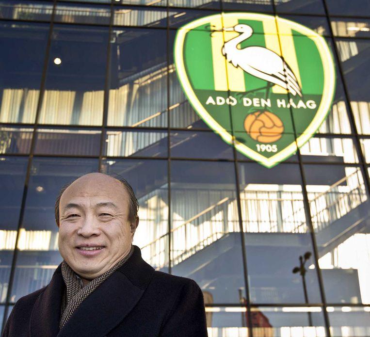 Hui Wang, de Chinese nieuwe eigenaar van ADO, poseert voor het stadion van de Haagse voetbalclub. Beeld anp
