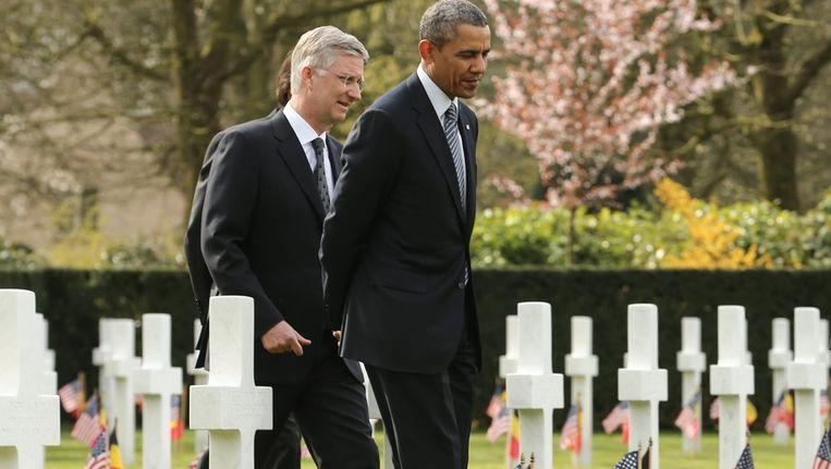 De Amerikaanse president Obama en de Belgische koning Filip tijdens hun bezoek aan de begraafplaats in Waregem. Beeld epa