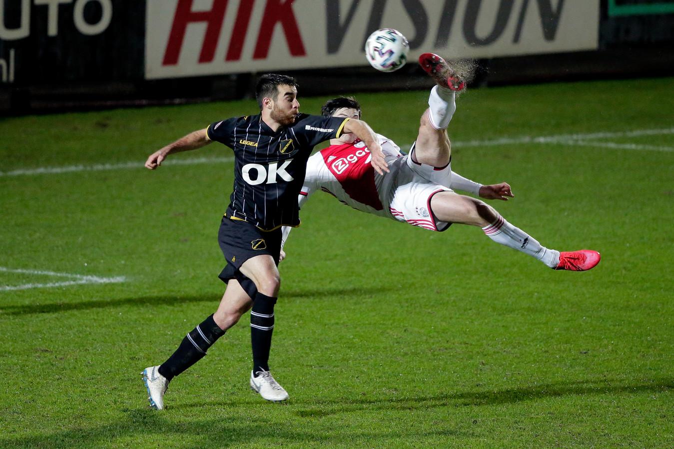 Roger Riera duelleert met Jurgen Ekkelenkamp van Jong Ajax.