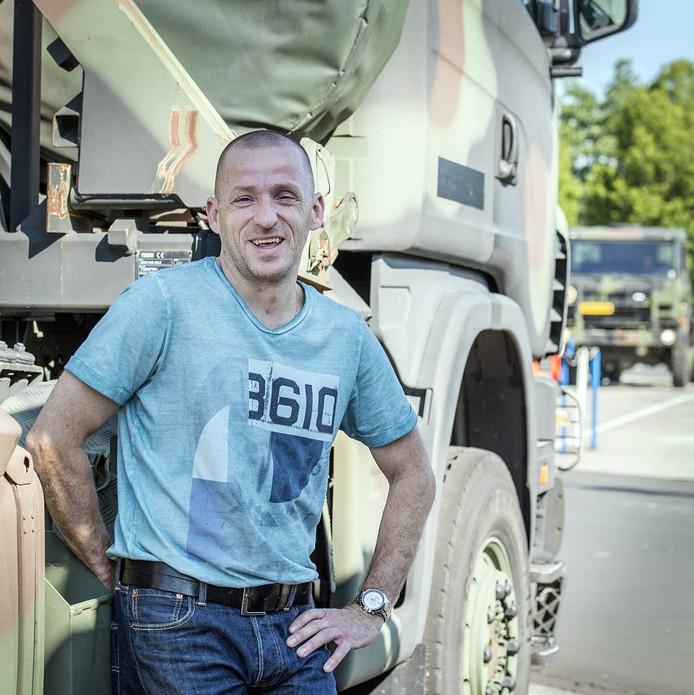 Bosnië-veteraan Edwin Vermetten (42) werkt nu als burger op de vliegbasis. foto Ron Magielse/Pix4Profs