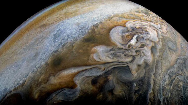 Verticaal uitgereikt beeld van kolkende straalstromen (permanente, zeer krachtige luchtstromen) in de atmosfeer van reuzenplaneet Jupiter. Beeld NASA