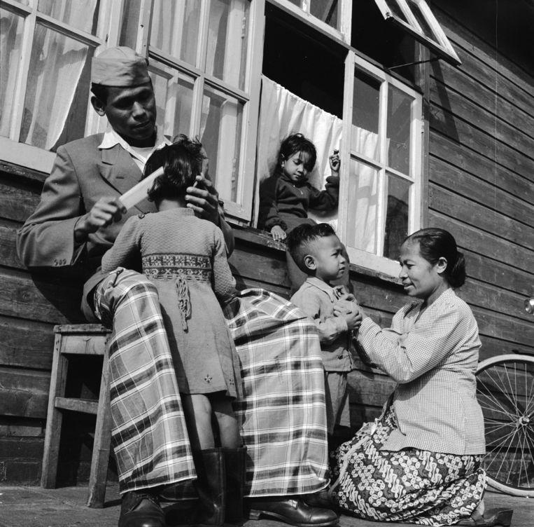 Molukkers in een van de kampen waarin ze werden ondergebracht nadat ze waren aangekomen in Nederland, de foto is gemaakt in 1955. Beeld Getty Images