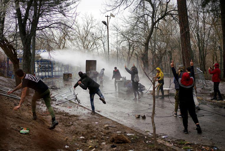 Rellen bij de Turkse grens met Turkije vorig jaar, toen de politie werd ingezet om migranten tegen te houden.  Beeld AP