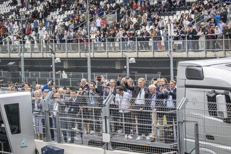 Inwoners van Zandvoort nemen een kijkje op het circuit.  Beeld ANP