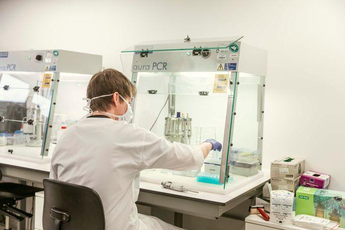 Het labo van het Jessa Ziekenhuis ontdekt nu voor de eerste keer de Zuid-Afrikaanse variant van het coronavirus.