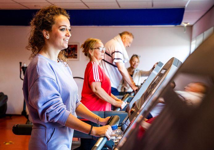 Ex-coronapatiënten Romana Kok en Marianne Kok revalideren in fysiopraktijk en sportschool Balanz in Dordrecht.