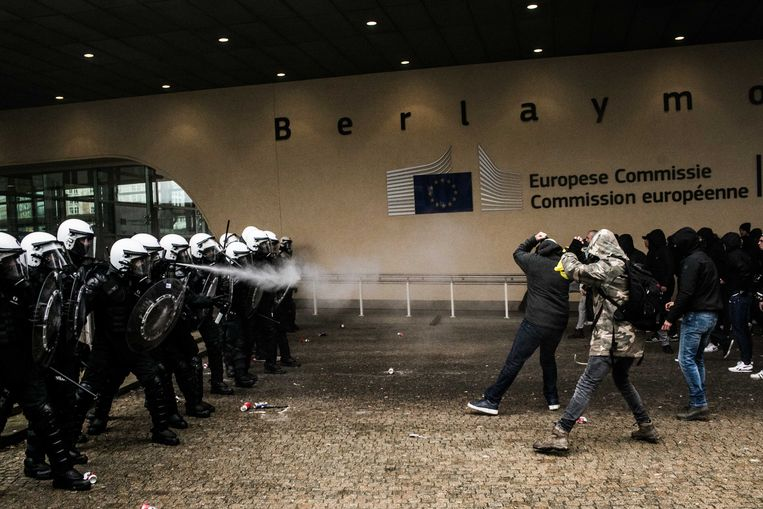 Ordediensten en betogers gaan in de clinch voor de gebouwen van de Europese Commissie. Beeld Bas Bogaerts