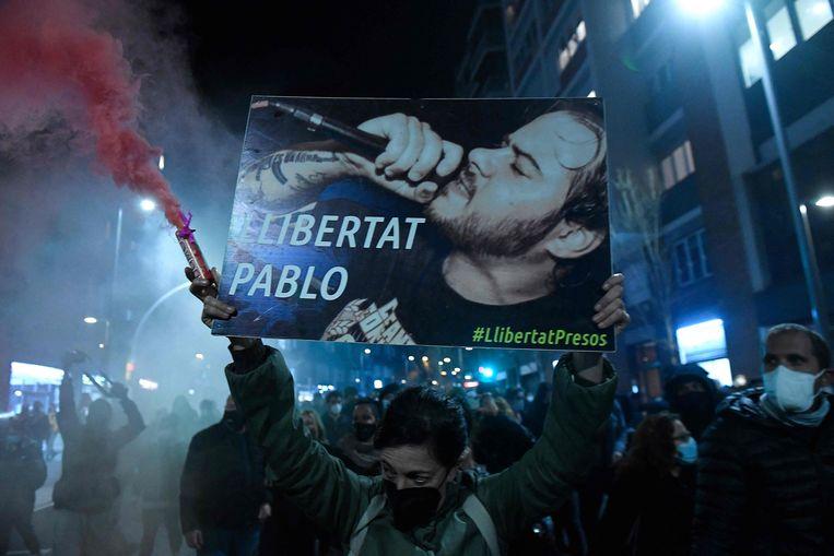 Demonstrant met de afbeelding van rapper Pablo Hasél. Beeld AFP