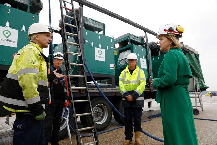 Minister Van Nieuwenhuizen van  Infrastructuur en Waterstaat bezocht een mobiele ontgassingsinstallatie in de Botlekhaven. De komende maanden wordt getest wat de beste manier is om de gastanks van binnenvaartschepen verantwoord leeg te maken.