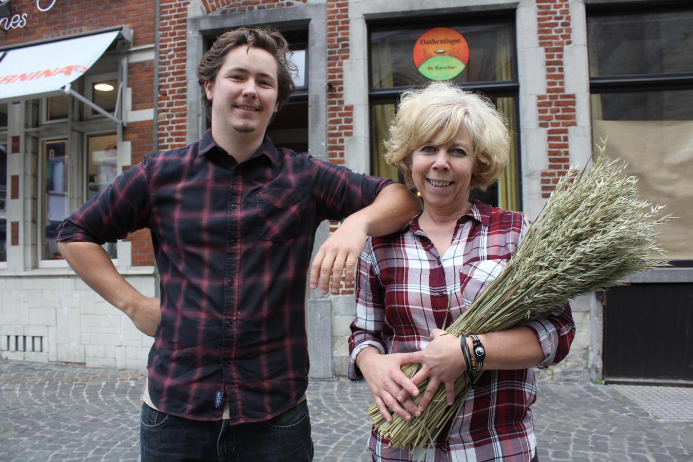 Stijn Van Koppen zijn moeder Ann De Valck voor hun 'haverbar'.