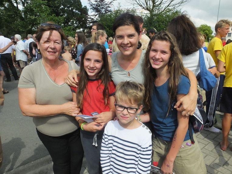 Mama Sylvie Vandenbaucke en oma Gill Verheysonne sluiten Minne (13), Mona (11) en Robbe (7) in de armen bij hun thuiskomst.