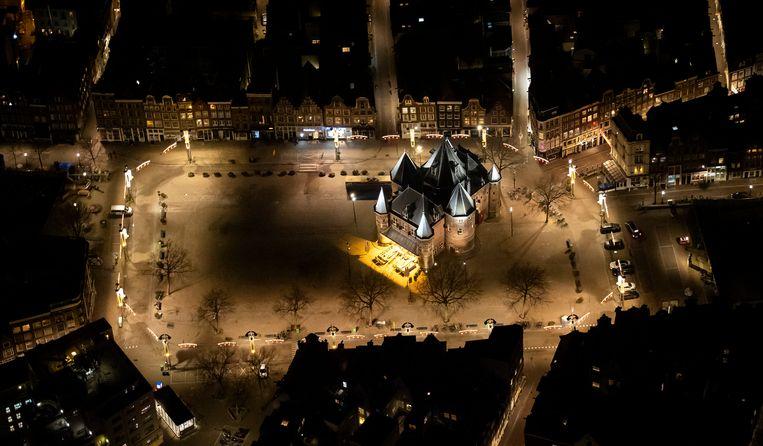 De Nieuwmarkt in Amsterdam vanuit de lucht na het ingaan van de avondklok. Beeld Hollandse Hoogte /  ANP