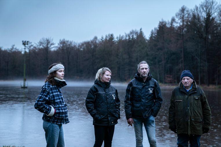 Okki Poortvliet (links) met Thera, Tonnie en Manus Koudenburg van de  ijsvereniging Schoonmeer Beeld Reyer Boxem