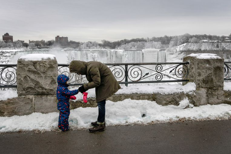 A man helps his son with his mittens during a visit to Niagara Falls, Ontario, Canada January 22, 2019.  REUTERS/Moe Doiron Beeld REUTERS