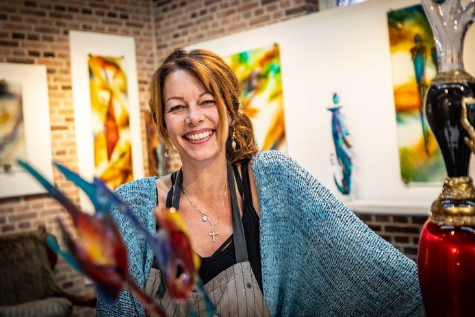 Glaskunstenares Desiree Groot Koerkamp is met haar atelier verhuisd van Ootmarsum naar Tubbergen.