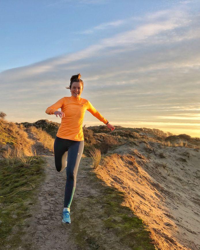 Hardloopster Grace Wabbijn in de duinen bij Den Haag.