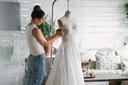 Kleermaakster bekijkt hoe het kleed herwerkt kan worden.