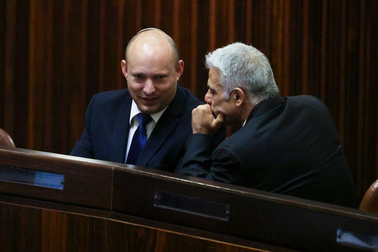 Naftali Bennett en Yair Lapid zijn van plan om de komende vier jaar het premierschap te delen. Beeld AP