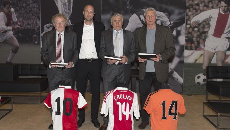 Sjaak Swart, Wim Jansen en Wim Suurbier waren aanwezig bij de overhandiging van het condoleanceregister. Beeld Ajaximages