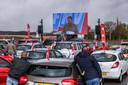 FNV-onderhandelaar Willem Dijkhuizen spreekt vanuit Nieuwegein de actievoerende vrachtwagenchauffeurs toe, onder meer in Zevenbergschen Hoek.