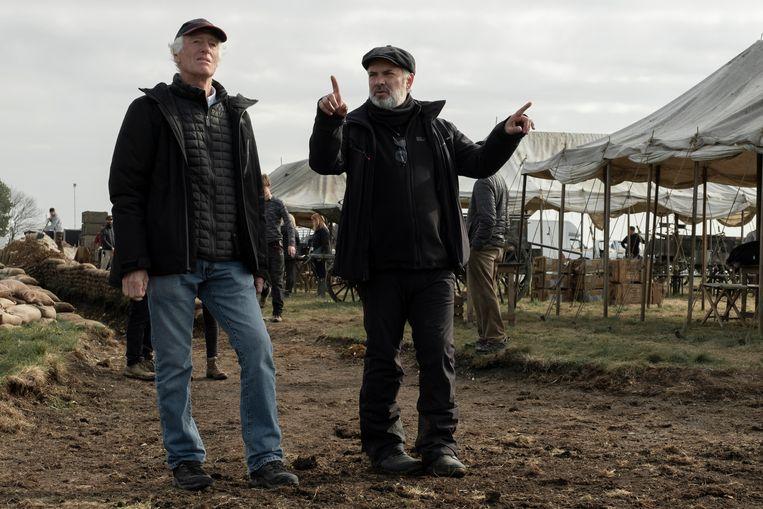 Links director of photography Roger Deakins en regisseur Sam Mendes op de set van '1917'. Beeld François Duhamel