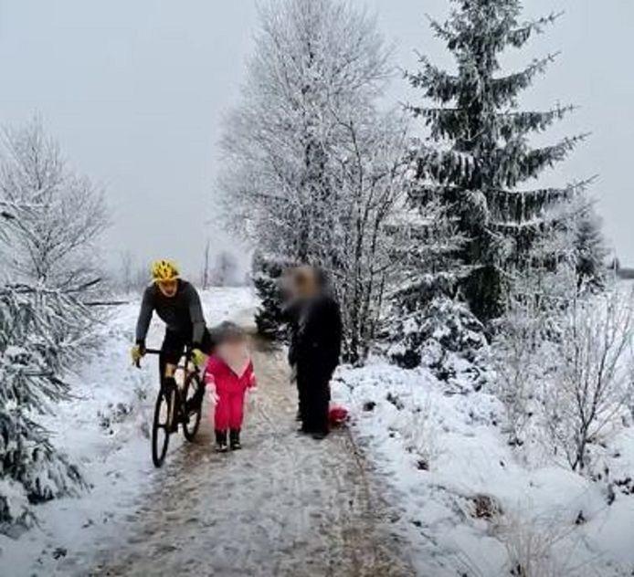 Op beelden is duidelijk te zien hoe de fietser het meisje tijdens het voorbijrijden omver duwt met zijn linkerknie.