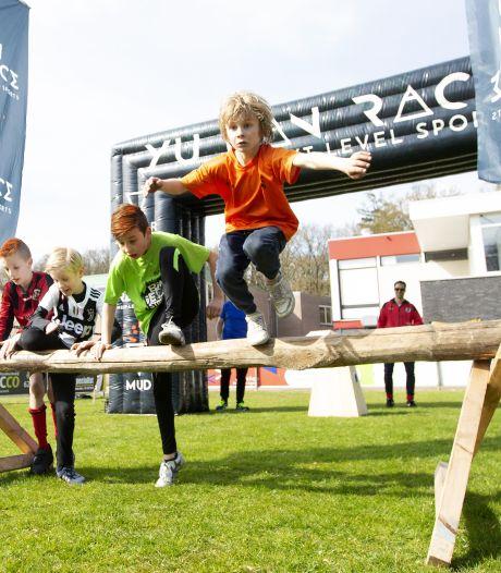 Obstakels op hoofdveld voetbalclub DES uit Nijverdal uitdaging voor jeugdspelers