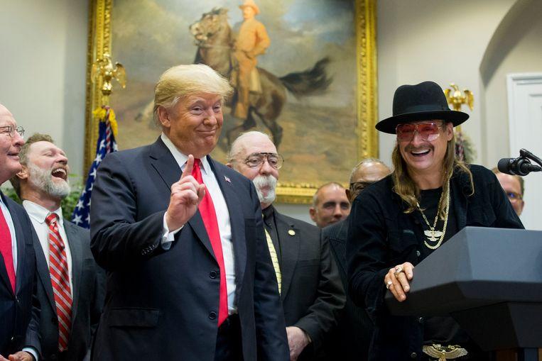 Hoewel veel Amerikaanse celebs publiekelijk hun steun geven aan de Democratische presidentskandidaat Joe Biden en zijn 'running mate' Kamala Harris, laat Kid Rock er geen twijfel over mogelijk dat zijn stem opnieuw gaat naar president Donald Trump, die hij ook tijdens de verkiezingen van 2016 steunde. Beeld EPA