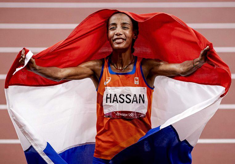 Sifan Hassan viert haar overwinning op de olympische 10.000 meter. Beeld ANP