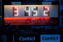 Het scorebord geeft het aan: FC Twente wint de topper tegen PSV.