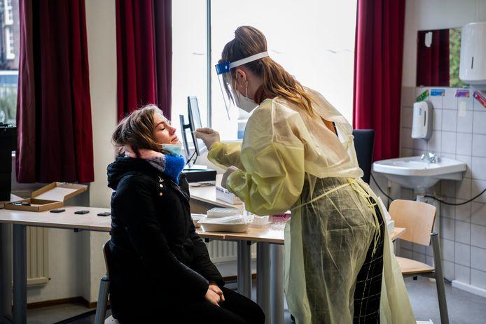 Annemijn Broesterhuizen  was op 18 januari de eerste die door de teststraat op haar school Gymnasium Apeldoorn ging.