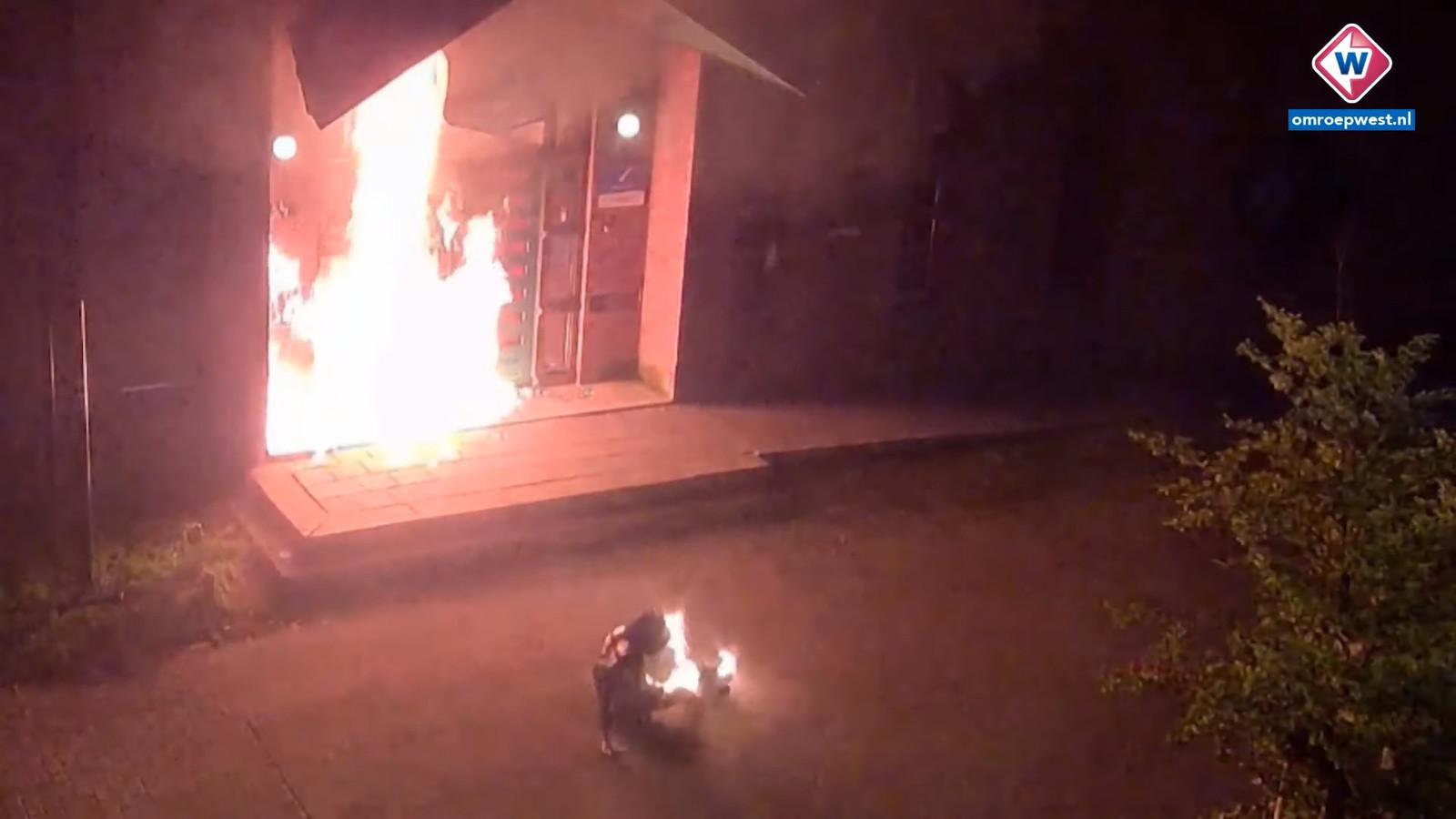 De politie heeft vanavond beelden gedeeld van brandstichting bij voetbalstadion De Goffert in Nijmegen. Er is een sterk vermoeden dart de brand is gesticht door hooligans van ADO Den Haag.